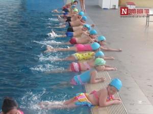 dạy bơi cho trẻ em, cho trẻ học bơi ở đâu, bé sơ sinh học bơi