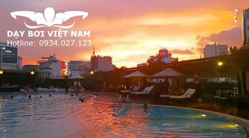 Hồ bơi khách sạn New World