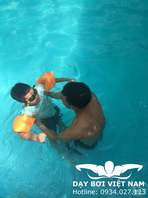 Học bơi ở khu chế xuất Tân Thuận