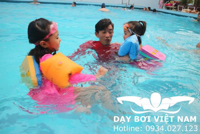 Làm Thế Nào Có Thể Dạy Một Đứa Trẻ Sợ Nước Biết Bơi