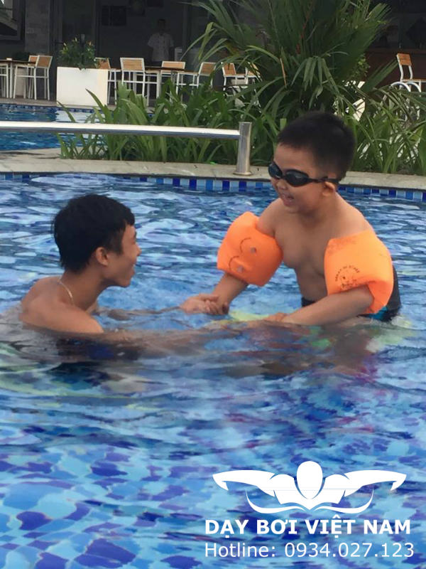 Lớp dạy bơi cho trẻ em TPHCM