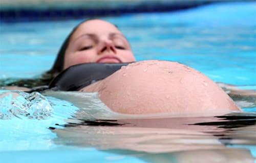 Lưu ý khi mẹ bầu đi bơi